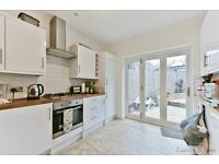 Amazing 3 bed house!! A stones throw away from Coulsdon South availble immediately!!