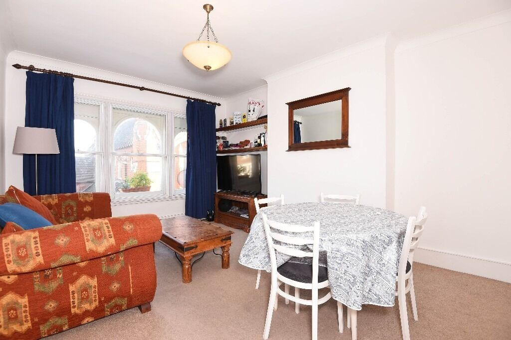 Garratt Lane, SW18 - Well presented and ideally located one double bedroom apartment - £1250pcm