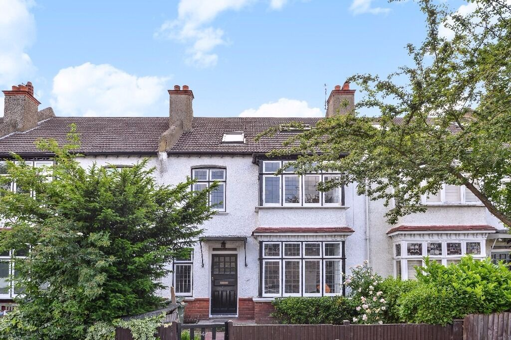**FIVE BED HOUSE**Newly refurbished to a high standard**two contemporary bathrooms**NORMANHURST