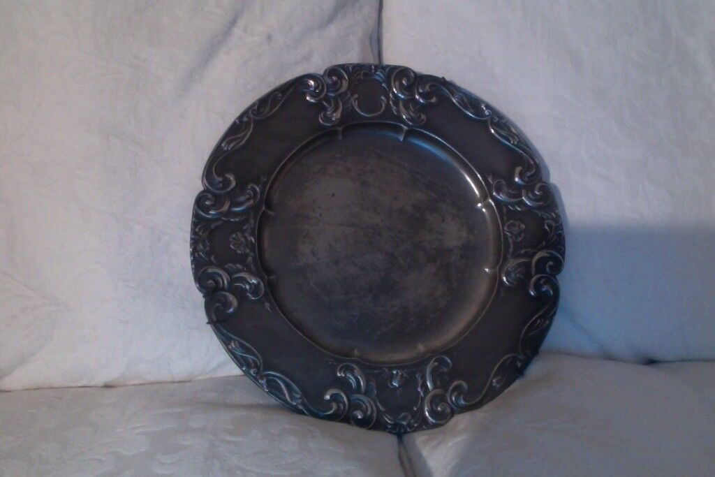 A 1910 German pewter plate, 25 cm diameter
