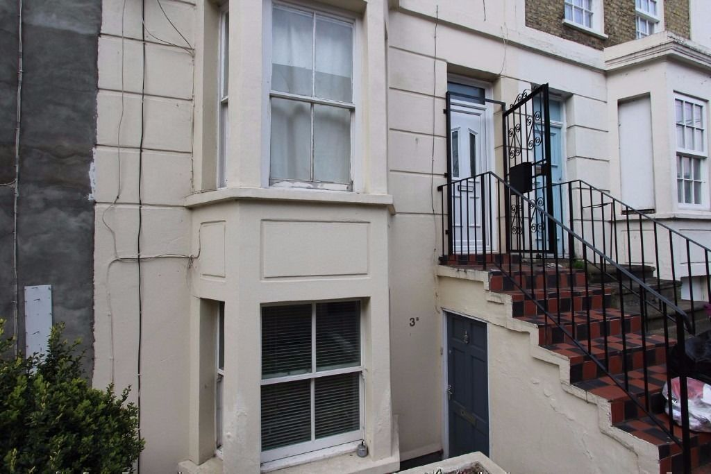 AVAILABLE A BEAUTIFUL DOUBLE ROOM SUITABLE FOR COUPLE IN VICTORIAN HOUSE