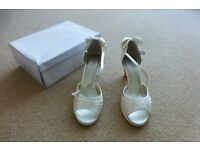 Ladies NEW size 5 cream special occasion shoes