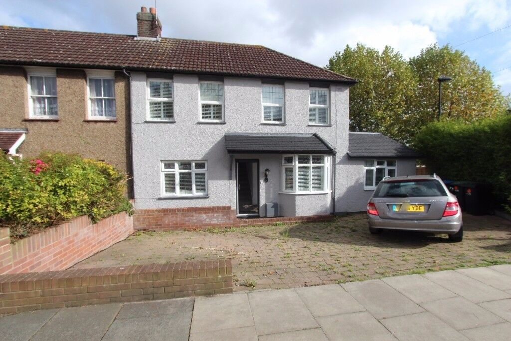 LARGE 5 BEDROOM HOUSE AVAILABLE IN SOUTHGATE, N14