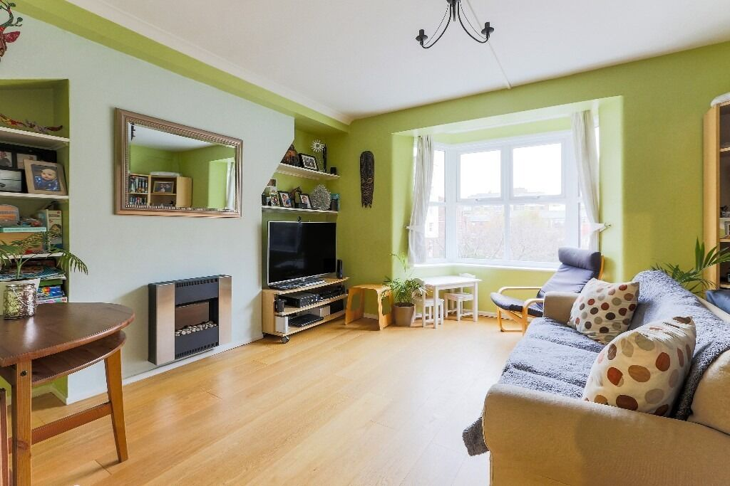***TWO BEDROOM apartment in WAPPING***TOP FLOOR with GYM***