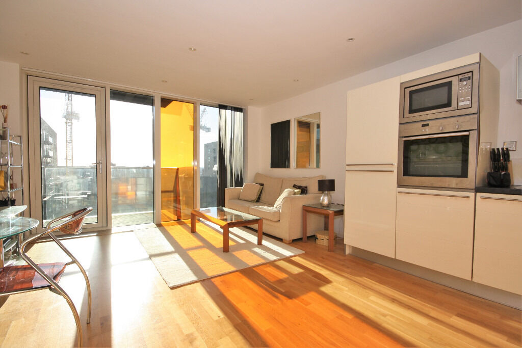 One bedroom apartment in popular development minutes from Canary Wharf.