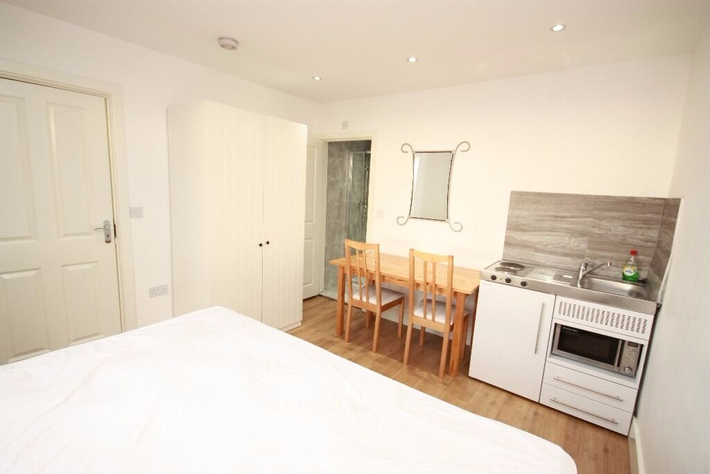 Including bills! A lovely ground floor studio flat, close to zone 2 station and shops