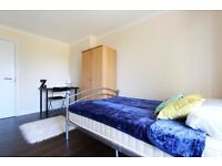 Double Bed in Rooms to rent in 3-bedroom flat with balcony in Acton area