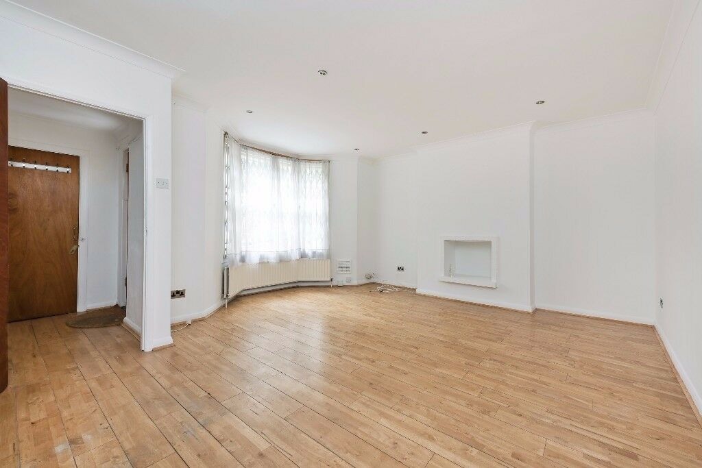 Newly Refurbished 1 one bedroom flat available now next to the park with private garden!