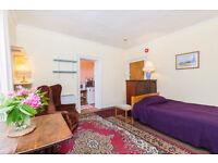 CHARMING FIRST FLOOR BEDSIT/ HIGH CEILINGS/ KITCHENETTE/ LOVELY SHARED GARDEN