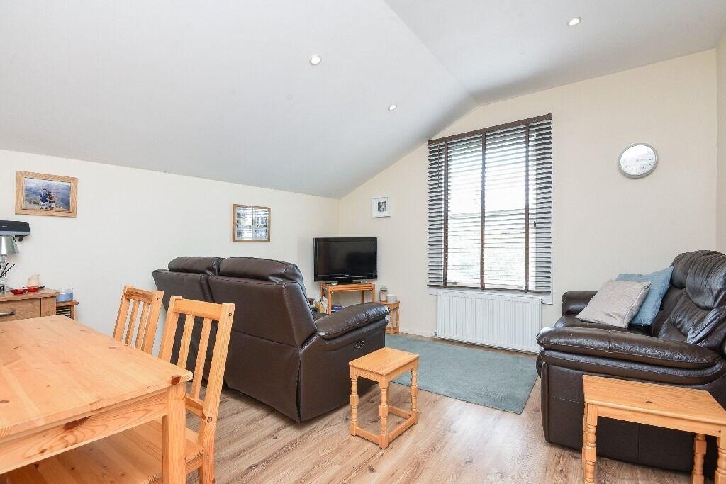 A Top Floor Split Level Two Bedroom Conversion Flat on Pretoria Road, London Sw16, £1450 Per Month
