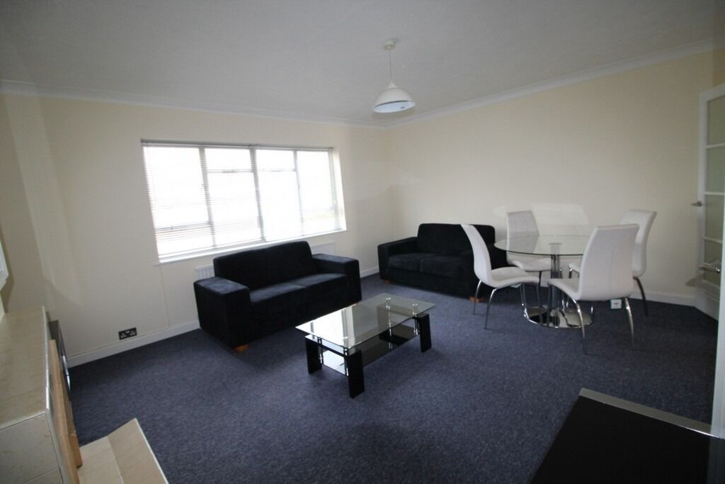 MODERN SPACIOUS 2 DOUBLE BEDROOM FLAT NEAR ZONE 2 NIGHT TUBE, 24 HOUR BUSES, SUPERMARKETS & SHOPS