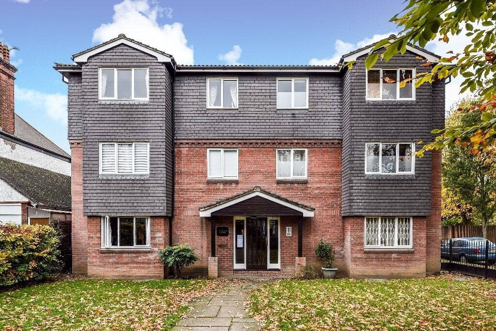 A well presented one bedroom purpose built flat on Ullathorne Road, London SW17, £1200 Per Month