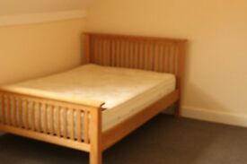 Spacious and bright 2nd floor(top floor)studio flat. Set in a quiet road and within 8 minutes walk o