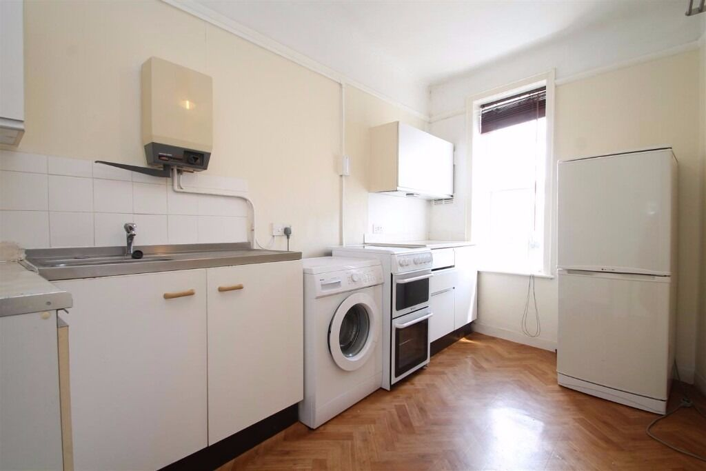 Aberdeen Road - LARGE TWO BEDROOM FLAT RIGHT NEXT RIGHT TO SOUTH CROYDON STATION !!