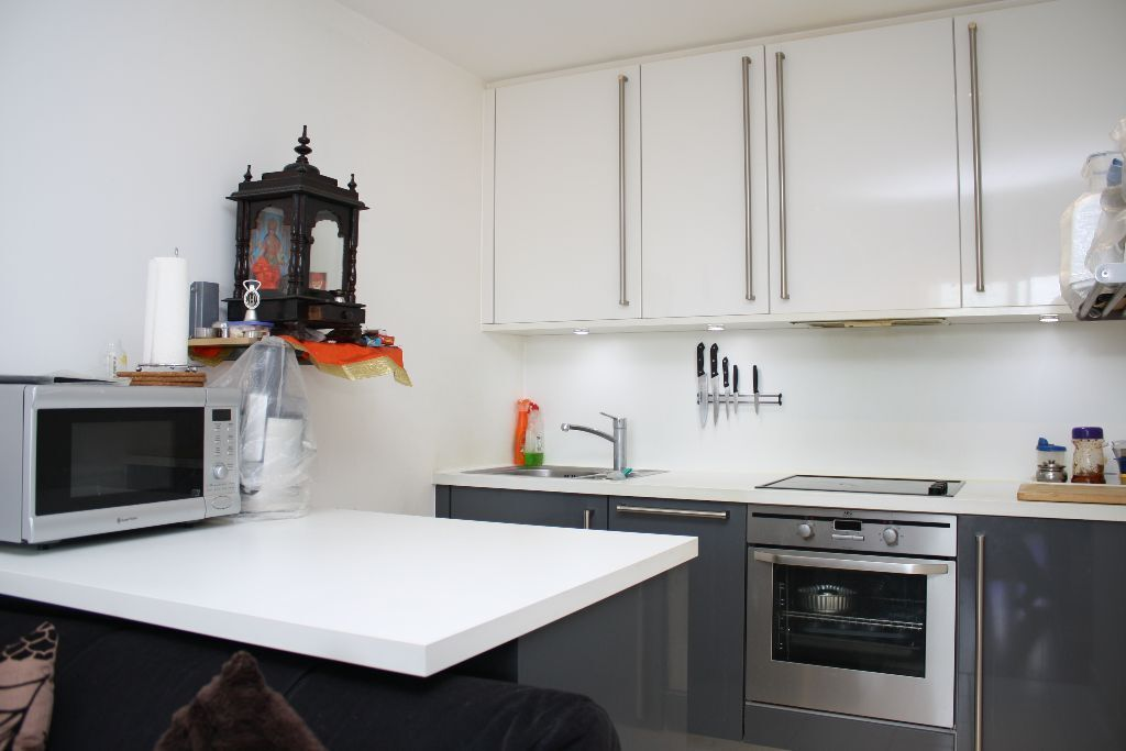 Modern one bedroom apartment with Balcony, gym and concierge 2min from DLR and trains