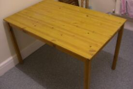 solid pine table in excellent condition can deliver
