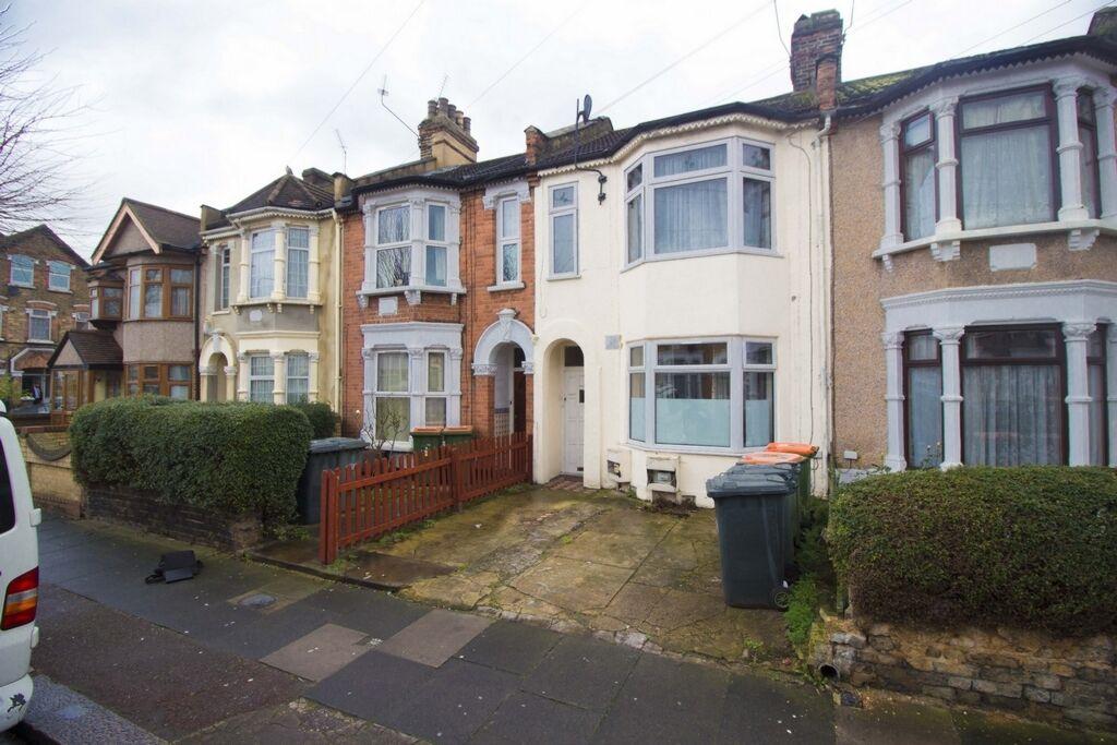2 bedroom flat in Sheringham Ave, Manor Park, E12