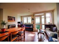 *Roomy Single bedroom - Zone 2 flatshare Deptford - Comfortable, top-floor flat - 10min to station*