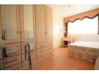 SPACIOUS THREE BEDROOM FLAT WITH PRIVATE BALCONY MINUTES FROM ANGEL