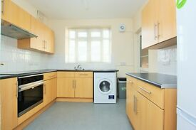 3 bedroom flat in Brook Lodge, North Circular Road, Golders Green, NW11