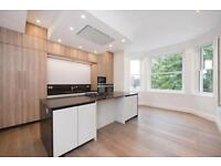 4 bedroom flat in Arkwright Road, Hampstead