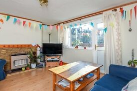 Double room for rent in spacious 3 bed flat in Earlsfield.