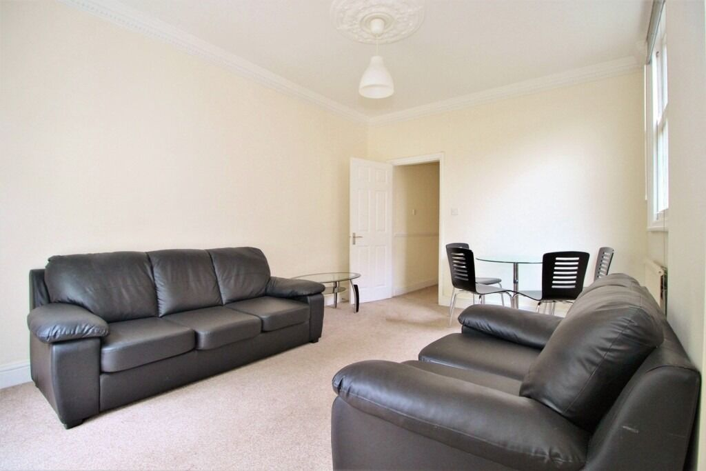 BRIGHT SPACIOUS 3 DOUBLE BEDROOM GARDEN FLAT NEAR TRAIN, ZONE 2 TUBE, 24 HOUR BUSES & SHOPS