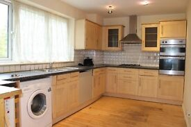 Amazing Four Bedroom. Terraced House. Lovely Massive Garden. Close To Lloyds Park.