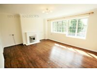 2 bedroom flat in College Court, The Mall, Ealing, W5