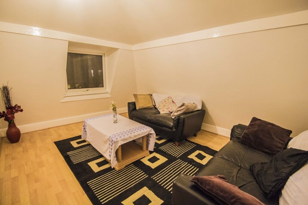 3 bedroom flat in Atherton Road, Forest Gate, E7