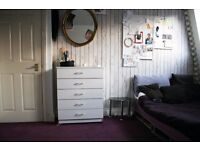 Lovely Bright room. Bills included. Central Line 700pm