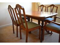 Dining Table and six chairs with two carvers in mahogany veneer.