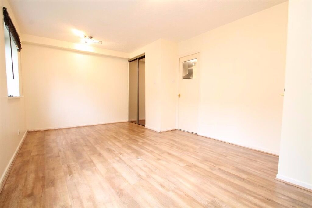 Southbridge Road - SPACIOUS STUDIO WITH PARKING - viewings advised call Ciara asap !!