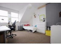 Spacious top floor one bedroom apartment arranged in a perfect location opposite the park!