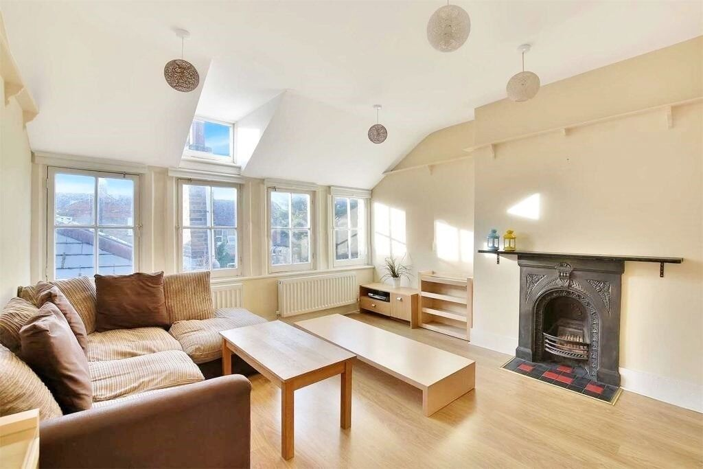 Lovely And Modern Top Floor One Bedroom Flat Located In A Secure Development Available Immediately .