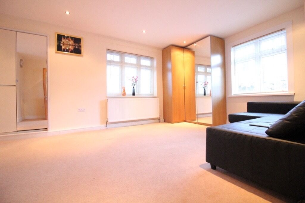 LARGE NEW SELF CONTAINED STUDIO IN TWICKENHAM NEAR SHOPS & STATION- PRICED INCLUDING ALL BILLS