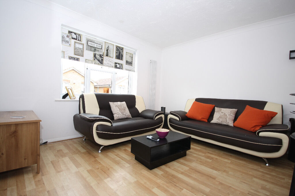 Cozy Two Bed Flat, Fantastic price and fantastic location. Definitey worth viewing