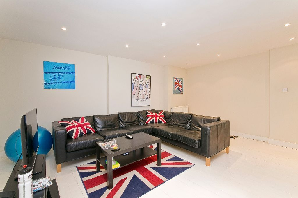 THREE BEDROOM HOUSE- TWO BATHROOMS- MODERN- BIG LIVING AREA -GATED- CLOSE TO TUBE