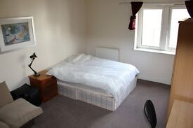 Very Large En Suite Double Room Perfectly Located Right Next To East India DLR Station.