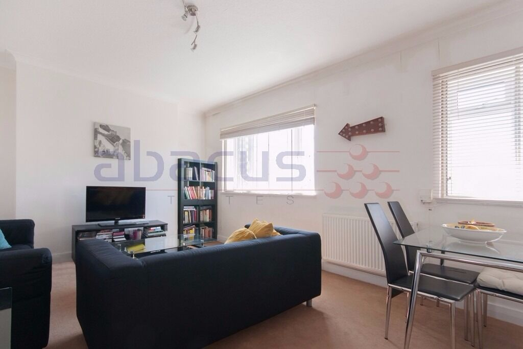 Lovely large 3 double bed apartment perfect for working professional sharers