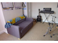 Spare bedroom available for rent (DSS welcome   Sunny yard, huge bathroom, friendly house mate)