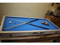 Pool table - Riley 5 foot table top: Cue's and balls included