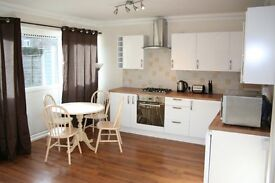 Spacious 4 Double bedroom maisonette, 2 bathrooms, patio, wood floors, 10 mins Barnes Stn