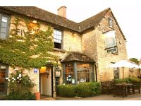 FULL TIME WAITING STAFF REQUIRED AT TOP COTSWOLD PUB/INN
