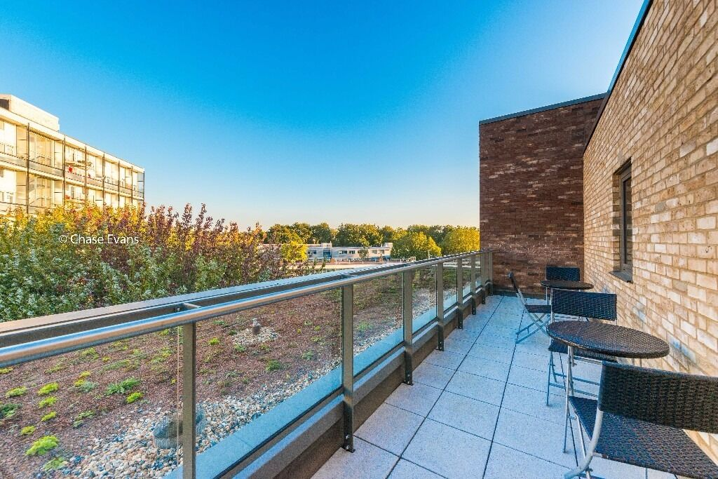 @ Amazing Standard - 3 Bedroom 2 Bathroom Apartment - moments from DLR - Park Views - Canary Wharf!