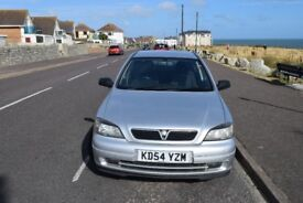 Silver Vauxhall Astra 2004.