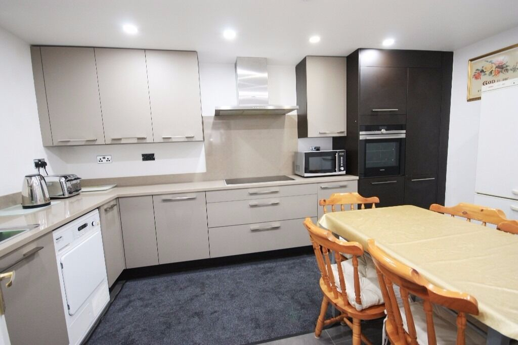 A spacious double with ensuite located close to zone 2 station and shops, including bills!