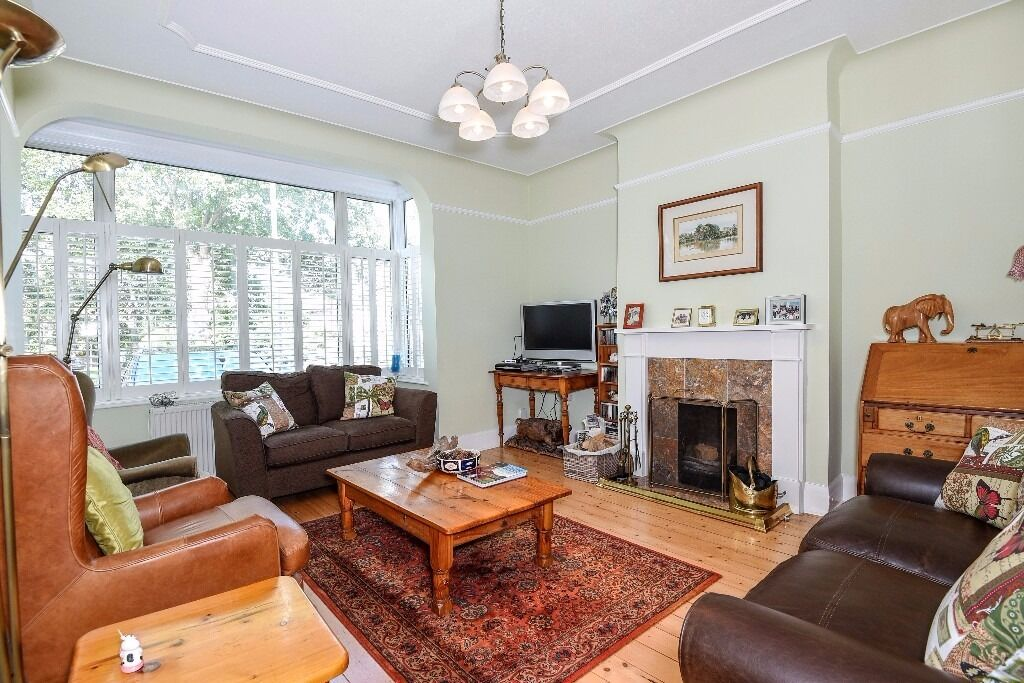 A beautifully presented three bedroom house to rent located between East Putney and Southfields