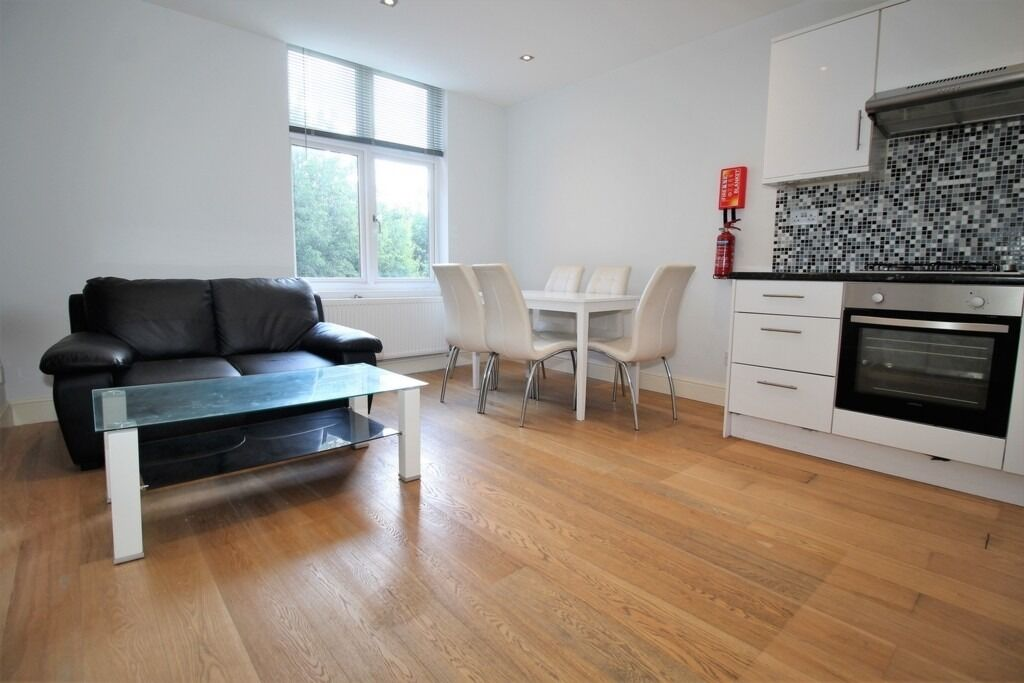 SPACIOUS NEWLY REFURBISHED 3 BEDROOM FIRST FLOOR FLAT NEAR ZONE TUBE, 24 HOUR BUSES & SHOPS