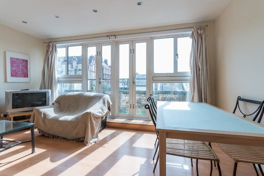 Amazing 3 bed maisonette with balcony in Battersea / Clapham Junction. FURNISHED